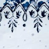 与花卉样式的葡萄酒白色和蓝色棉织物 免版税图库摄影