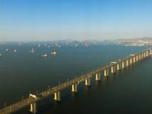 在里约热内卢海湾的桥梁  库存照片