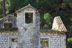 老被破坏的石房子在森林 欧洲, 库存照片
