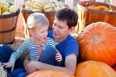 Семья на заплате тыквы Стоковые Фотографии RF