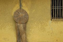 在墙壁上的草帽有窗口的 免版税库存照片