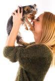 美丽的妇女的约克夏狗狗给亲吻 库存照片