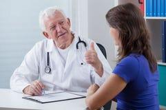 Ιατρός παθολόγος που παρουσιάζει αντίχειρα Στοκ εικόνες με δικαίωμα ελεύθερης χρήσης