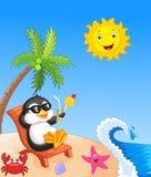 逗人喜爱的企鹅动画片坐海滩睡椅 库存照片