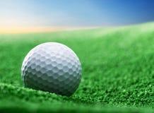 关闭在绿色发球区域的高尔夫球 免版税图库摄影
