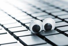有一台现代膝上型计算机的眼睛的特写镜头键盘 图库摄影