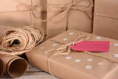 圣诞节包裹和麻线 免版税库存图片