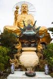 坐金黄菩萨的巨人 免版税库存照片