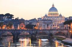 圣彼得大教堂美丽如画的风景在台伯河的在罗马,意大利 免版税库存图片
