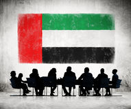 Άνθρωποι σε μια συνεδρίαση με τη σημαία των Ηνωμένων Αραβικών Εμιράτων Στοκ Φωτογραφίες