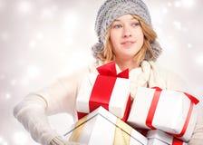 拿着许多礼物盒的愉快的少妇 免版税库存图片