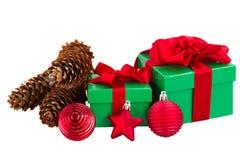 绿色礼物盒和圣诞节红色装饰 免版税库存照片