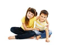 爱恋的姐妹和弟弟拥抱 免版税库存图片