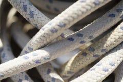 在风船的绞盘附近受伤的绳索 免版税库存图片
