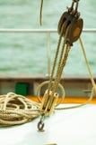 乘快艇 与绳索的块 帆船的详细资料 免版税库存照片