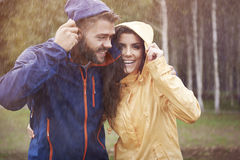在雨天期间,夫妇 库存图片