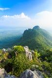 美丽的山在蓝天下 免版税库存照片