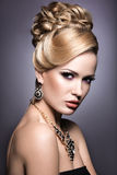 有明亮的构成和晚上发型的美丽的女孩 免版税库存图片
