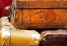 在车厢的老皮革手提箱 免版税图库摄影