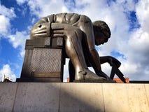 以撒在英国图书馆的牛顿雕象 免版税库存图片