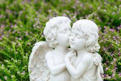 天使夫妇雕象在庭院里 图库摄影