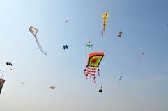束在国际风筝节日的风筝,艾哈迈达巴德 免版税图库摄影