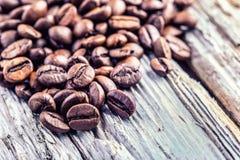 在难看的东西木背景的咖啡豆 库存照片