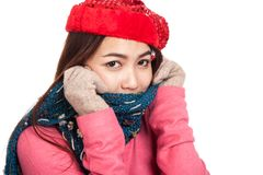有红色圣诞节帽子的愉快的亚裔女孩和围巾感觉寒冷 库存图片