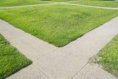 绿草和十字架道路 免版税图库摄影