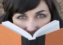 κορίτσι βιβλίων Στοκ φωτογραφίες με δικαίωμα ελεύθερης χρήσης