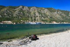 由海的陆路旅行或?风船或自行车? 库存照片