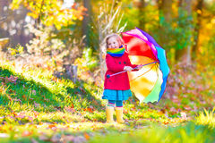 Μικρό κορίτσι σε ένα πάρκο φθινοπώρου Στοκ φωτογραφία με δικαίωμα ελεύθερης χρήσης