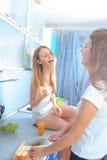 Κορίτσια στην κουζίνα Στοκ Εικόνες