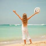 站立在海滩的青少年的女孩 免版税库存照片