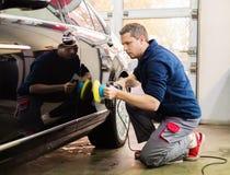 Εργαζόμενος σε ένα πλύσιμο αυτοκινήτων Στοκ εικόνα με δικαίωμα ελεύθερης χρήσης