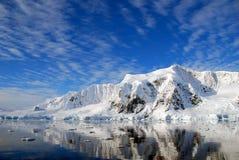 南极半岛和多雪的山 免版税库存照片