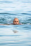 Κολύμβηση νεαρών άνδρων Στοκ φωτογραφία με δικαίωμα ελεύθερης χρήσης