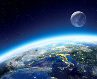 Άποψη γης και φεγγαριών από το διάστημα τη νύχτα Στοκ φωτογραφία με δικαίωμα ελεύθερης χρήσης