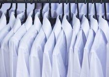 Άσπρο πουκάμισο με την κρεμάστρα υφασμάτων για την πώληση Στοκ εικόνα με δικαίωμα ελεύθερης χρήσης
