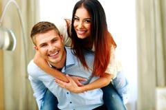 获得年轻微笑的夫妇乐趣 图库摄影