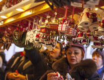 Αναμνηστικά Χριστουγέννων αγοράς Στοκ Εικόνες