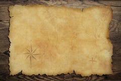 在木桌上的海盗的老羊皮纸珍宝地图 库存图片