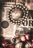 在葡萄酒脏的报纸的金黄坚果 免版税库存照片