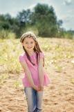使用与沙子的小女孩画象在公园 免版税库存图片