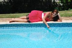 游泳池边妇女年轻人 库存图片