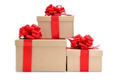 纸板有红色丝带弓的礼物盒 库存图片