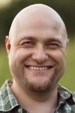 愉快的微笑的秃头人 免版税库存照片