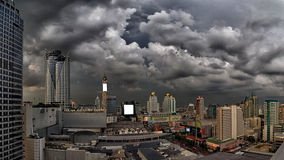 黑暗的暴风云隐约地出现在市曼谷 库存图片
