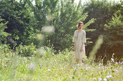 庭院的美丽的乌克兰女孩 免版税库存图片