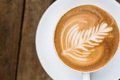 杯热的拿铁艺术咖啡 库存图片